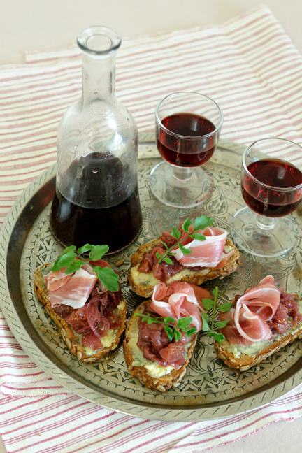 Bruschetta with fig-onion marmalade, blue cheese & prosciutto