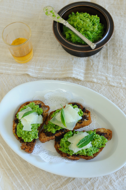 Olive toasts with pea puree manchego
